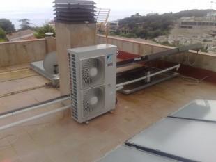 Instalación Daikin Atherma para calefacción y aire acondicionado con apoyo de placas solares con soportes motorizados