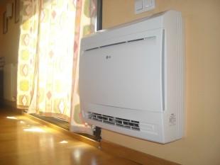 Nuevo modelo suelo LG 3500KW inverter con bomba de calor. Este equipo está instalado en un despacho buhardilla, en casa unifamiliar.